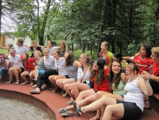 <p>Singing during <i>storgruppe </i>(morning group time).</p>